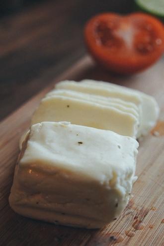 halloumi-avocado-caramelised-onions-sandwich-04